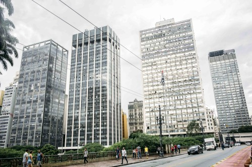 """Mit welcher Gewalt die Hochhäuser das Stadtbild prägen, zeigt der Vergleich zu einem """"Hochhaus"""" aus den 1930er-Jahren."""