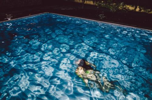 Abkühlung im Swimming Pool während der Party